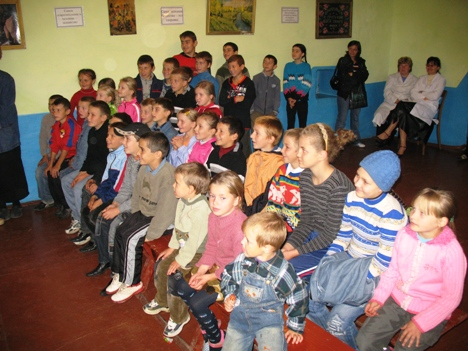 All children from Bratusenii Noi village came to see the Puppets