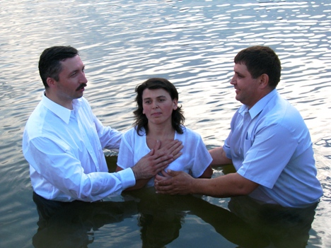 Arcadie from Edinet is helping Alexandru baptize new believers